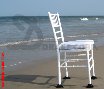 Chiavari white with lawn feet on the beach